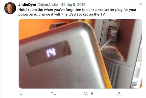 Nếu không tìm thấy lỗ cắm sạc phù hợp trên tường khách sạn, hãy thử khám phá những cổng USB khác trên chính chiếc TV