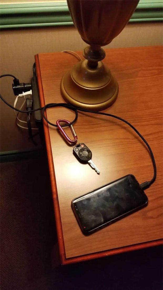 Gắn cả chìa khoá phòng vào dây sạc điện thoại, bạn sẽ không quên mỗi khi ra ngoài