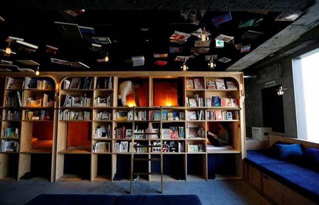 Sách và Giường, Nhật Bản, khách ngủ trong những căn phòng nhỏ, ấm cúng ẩn sau các kệ thư viện.
