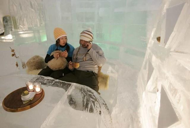 Alpha Resort-Tomamu, Nhật Bản - khách sạn băng này chỉ mở cửa vào mùa đông và cung cấp giường băng, bồn tắm Bắc Cực hướng ra khu rừng bạch dương trắng, sảnh băng cùng nhiều tiện nghi khác làm bằng băng.